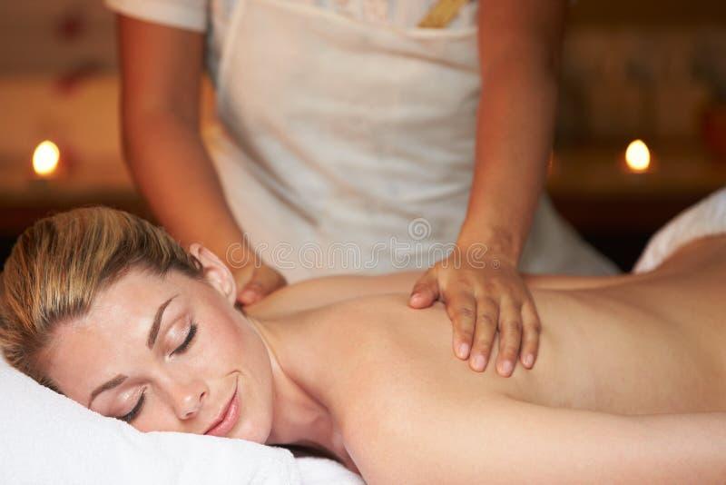 Kvinna som har massage i Spa royaltyfri fotografi