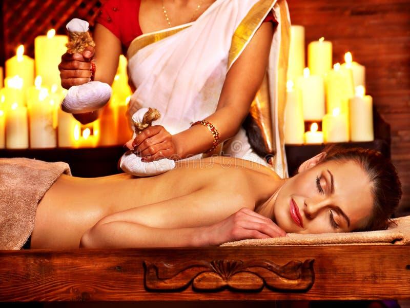 Kvinna som har massage med påsen av rice royaltyfri bild