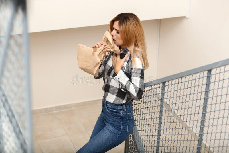 Kvinna som har nödattack i trappan arkivfoton