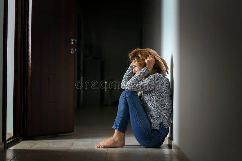 Kvinna som har nödattack inomhus arkivfoto