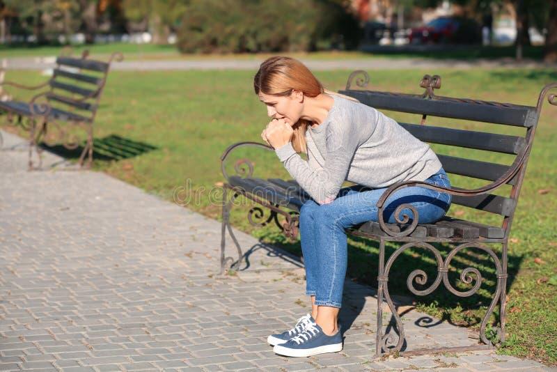 Kvinna som har nödattack utomhus royaltyfri foto