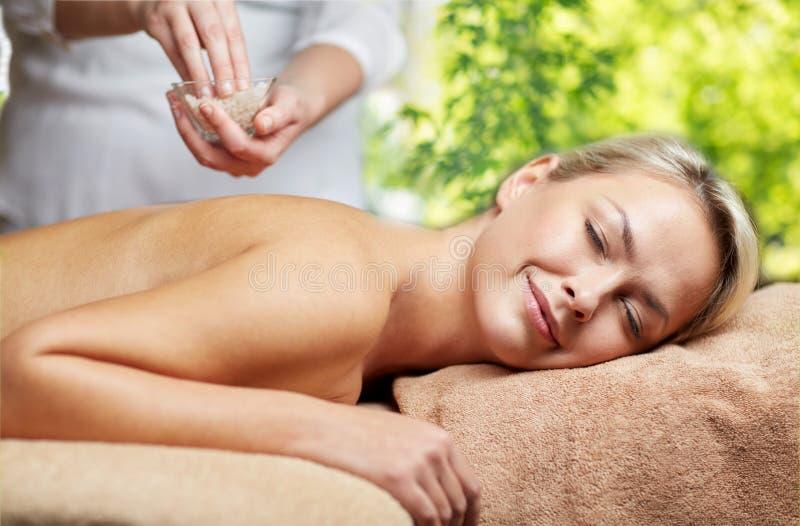 Kvinna som har salt massage i brunnsort arkivbilder