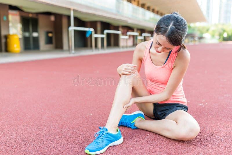 Kvinna som har skada på ben royaltyfri bild