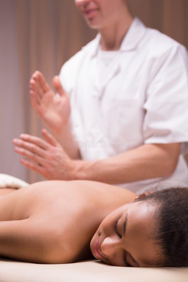Kvinna som har tillbaka massage arkivfoto