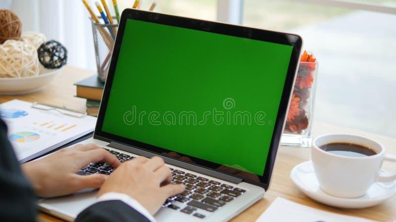 Kvinna som hemma arbetar på med bärbar datorgräsplanskärmen royaltyfria foton