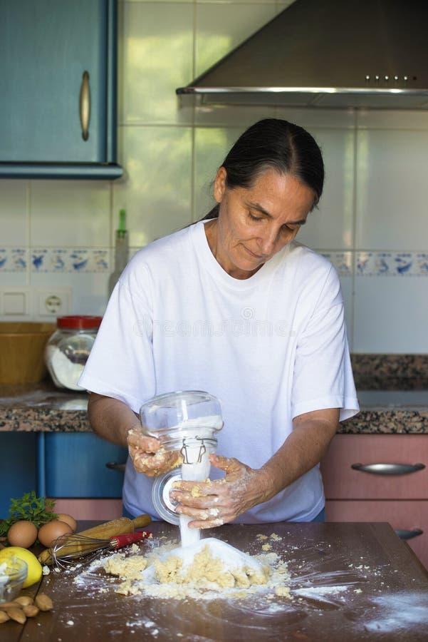 Kvinna som hemma förbereder deg royaltyfri fotografi