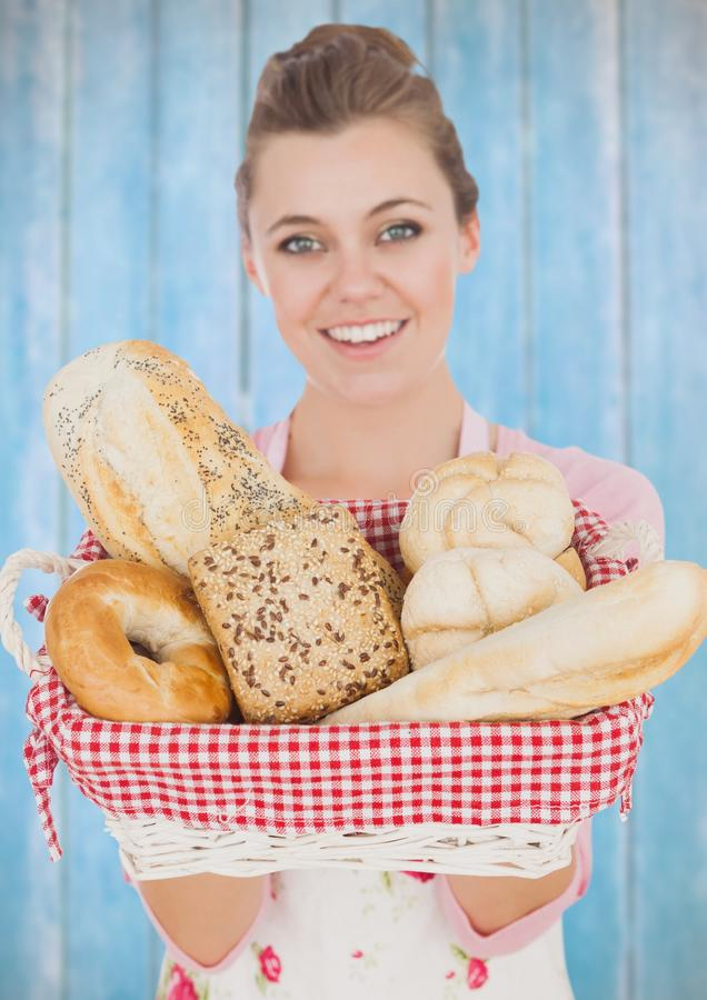 kvinna som hemma lagar mat med brödkorgen lantligt hus arkivfoto