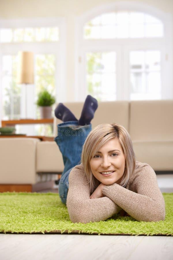 Kvinna som hemma vilar royaltyfria foton