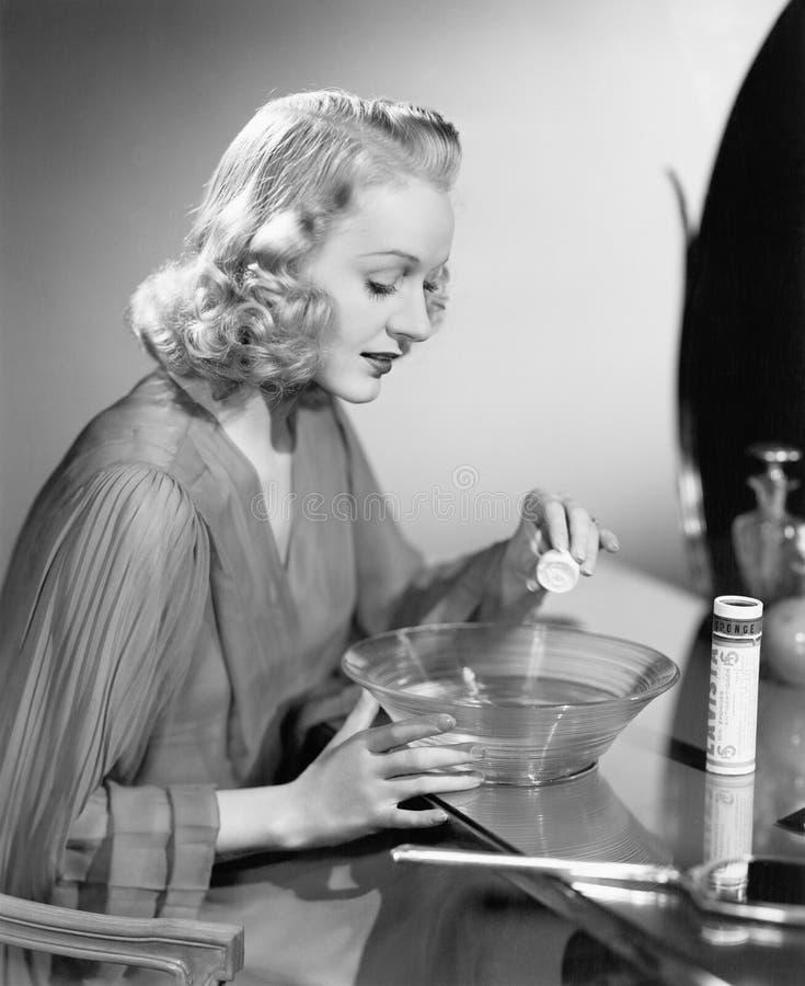 Kvinna som hydratiserar den torkade antiseptiska svampen (alla visade personer inte är längre uppehälle, och inget gods finns Lev royaltyfria bilder