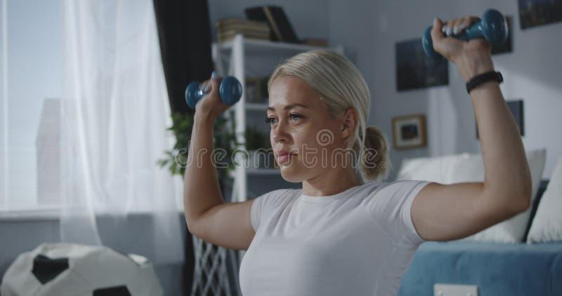 Kvinna som hydratiserar efter hem- genomkörare royaltyfri bild
