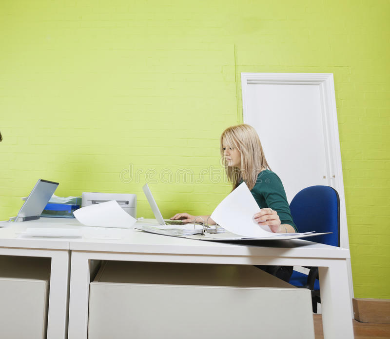 Download Kvinna Som I Regeringsställning Arbetar Mot Den Gröna Väggen Fotografering för Bildbyråer - Bild av person, anslutning: 78731215