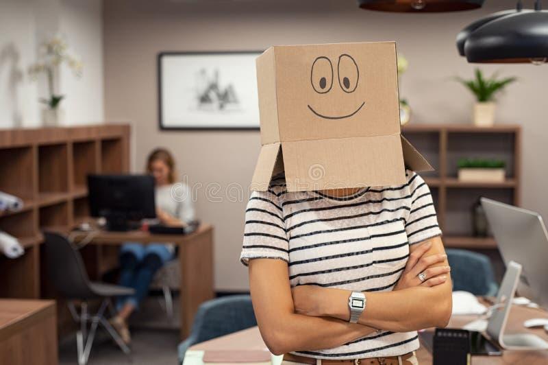 Kvinna som i regeringsställning bär lycklig framsidapapp royaltyfri foto