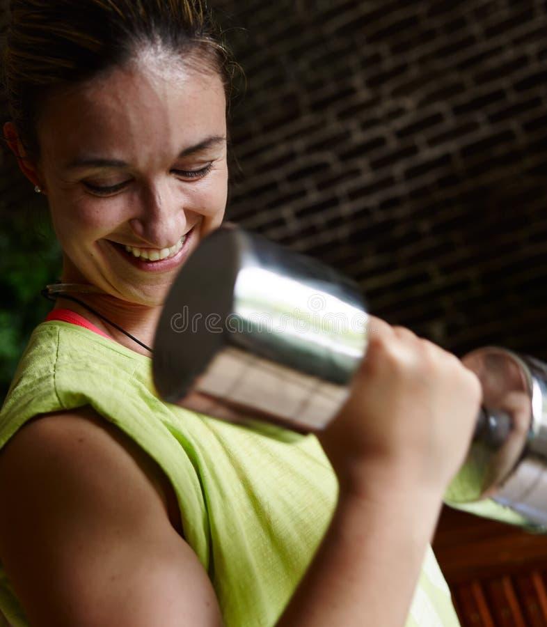 Kvinna som inomhus utbildar royaltyfri fotografi