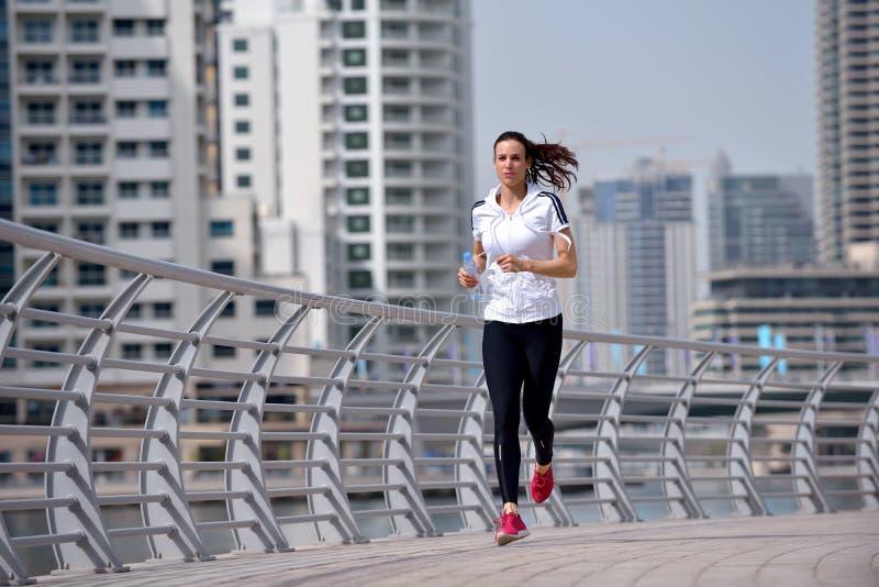 Kvinna som joggar på morgonen royaltyfri foto