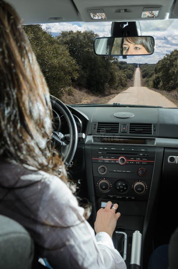 Kvinna som kör bilen royaltyfria foton
