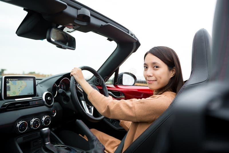 Kvinna som kör cabrioletbilen arkivfoton