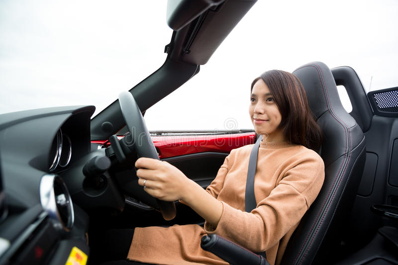 Kvinna som kör den konvertibla bilen royaltyfri fotografi