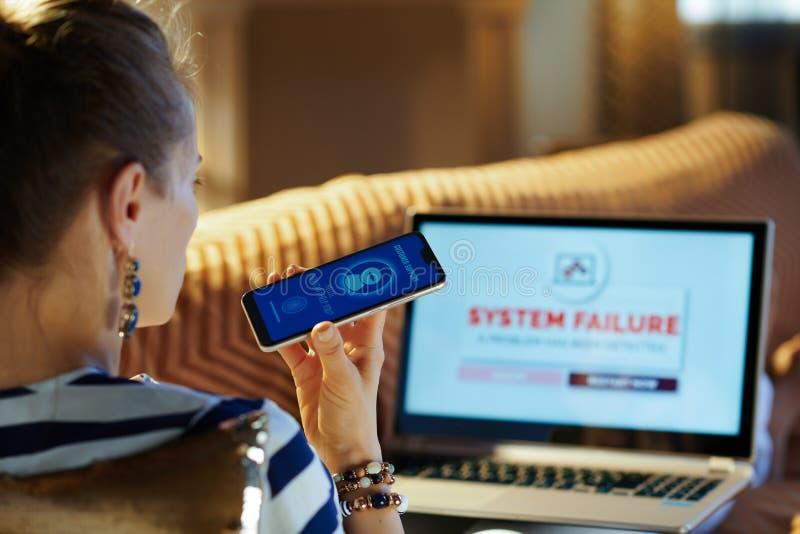 Kvinna som kallar ai-kundtjänst, medan ha problem på bärbara datorn arkivbilder