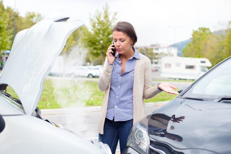 Kvinna som kallar efter bilkrasch på gatan royaltyfria bilder