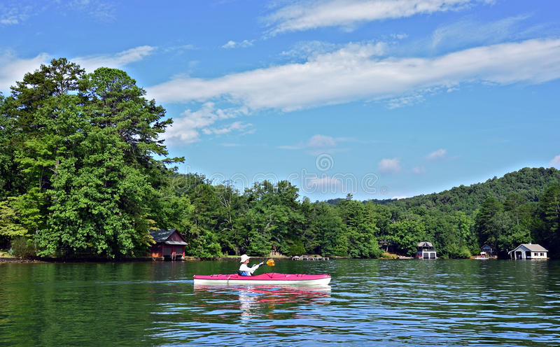Kvinna som Kayaking arkivbild
