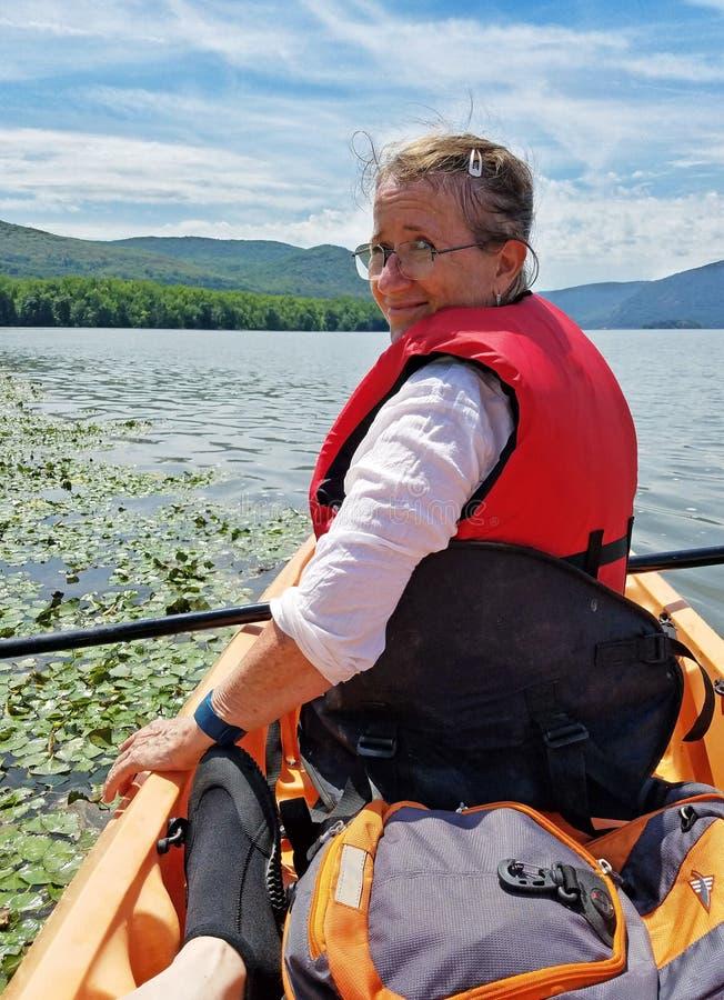 Kvinna som Kayaking på Hudson River royaltyfri bild