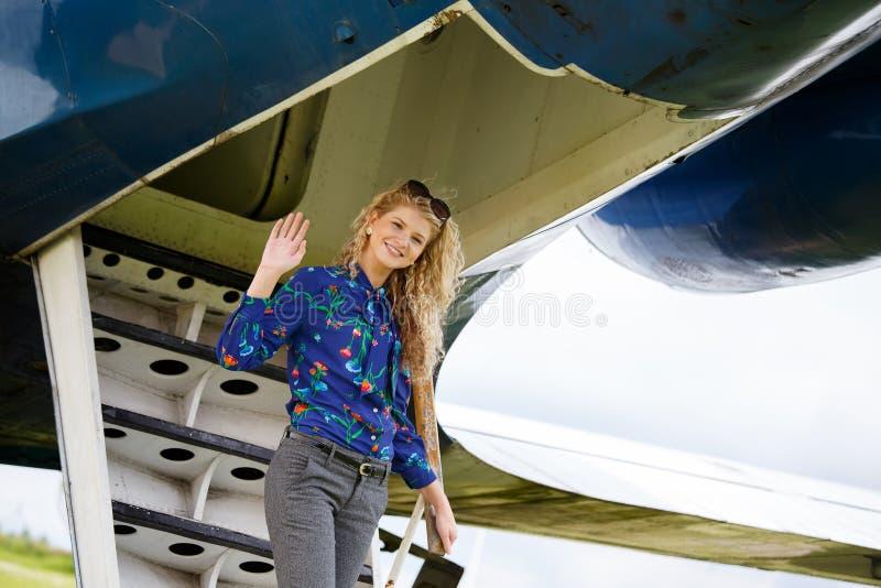 Kvinna som kommer från flygplanet royaltyfri foto