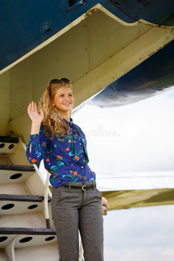 Kvinna som kommer från flygplanet arkivfoton