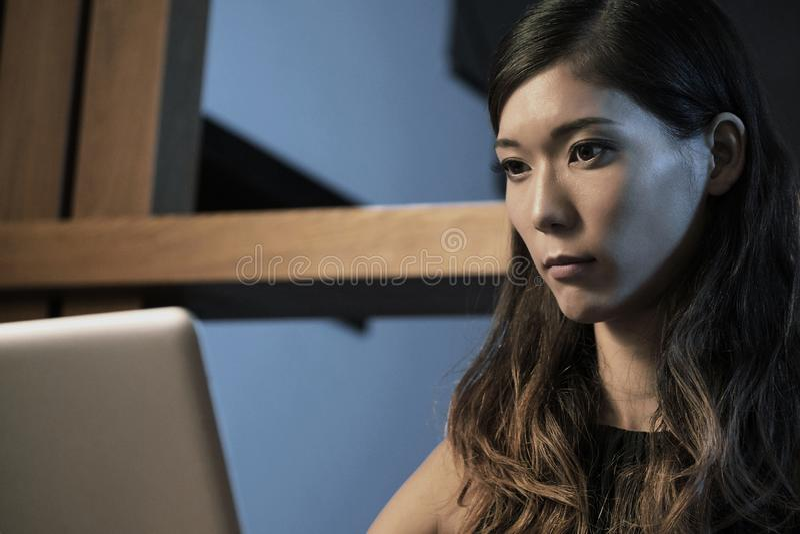 Kvinna som koncentreras på arbete fotografering för bildbyråer