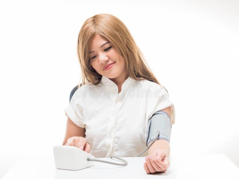 Kvinna som kontrollerar blodtryck arkivfoton