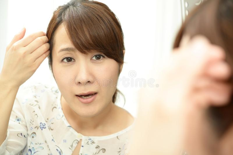 Kvinna som kontrollerar f?r skrynklor royaltyfri fotografi