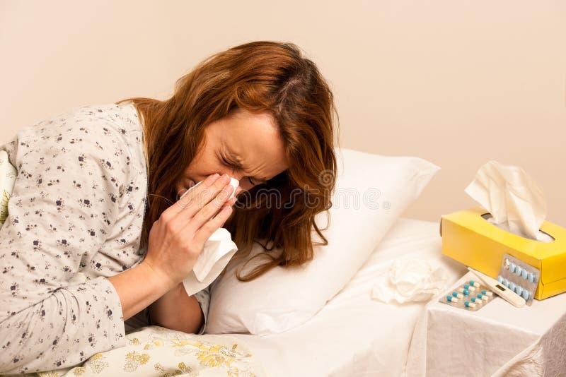 Kvinna som kontrollerar feaver med den digitala termometherflickan med influensa royaltyfri foto
