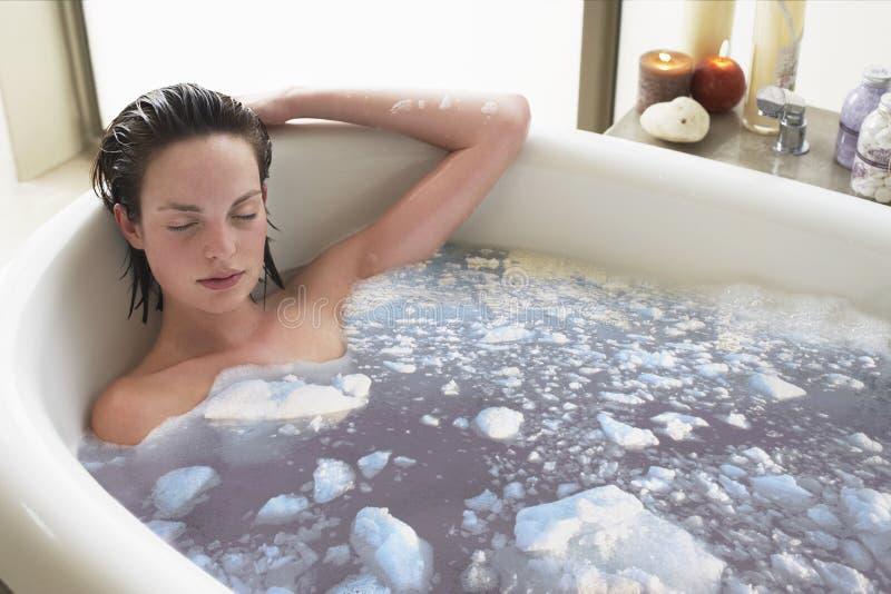 Kvinna som kopplar av i badkar arkivbilder