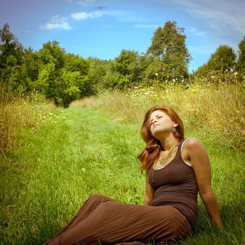 Kvinna som kopplar av i sommarsunen arkivbilder