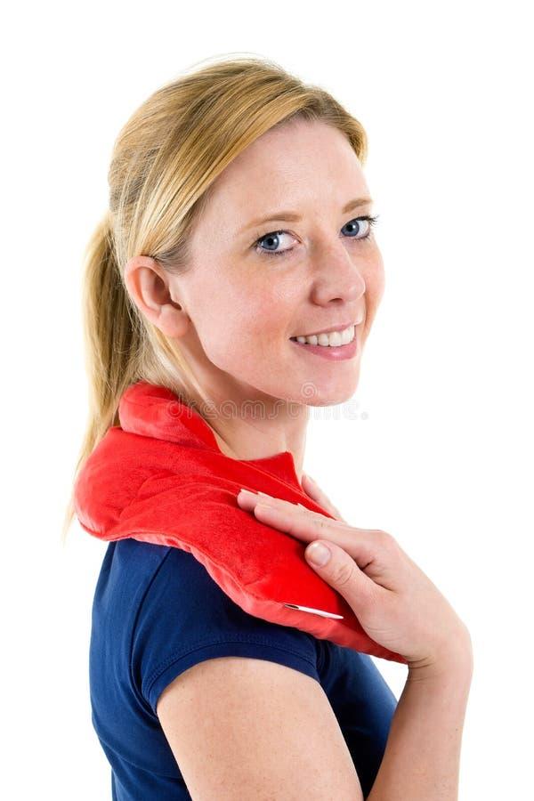 Kvinna som kopplar av med den varma kalla packen på skuldror arkivfoton