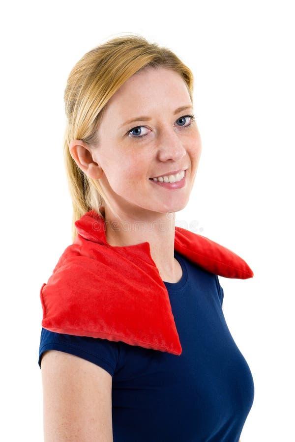 Kvinna som kopplar av med den varma kalla packen på skuldror royaltyfri fotografi