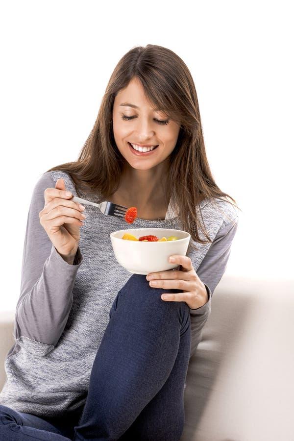 Kvinna som kopplar av och äter royaltyfri bild