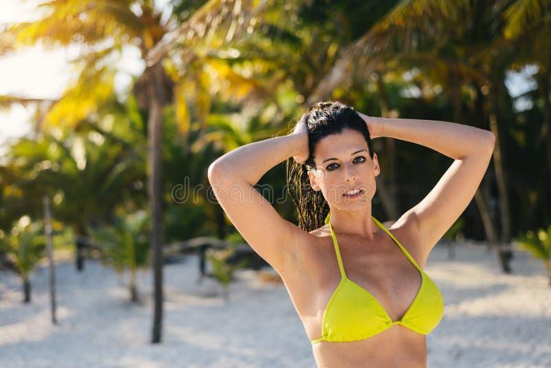 Kvinna som kopplar av på den karibiska lösa stranden arkivfoton