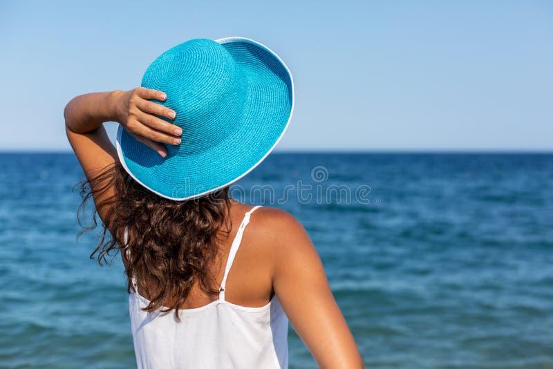 Kvinna som kopplar av på en sjösida arkivfoto