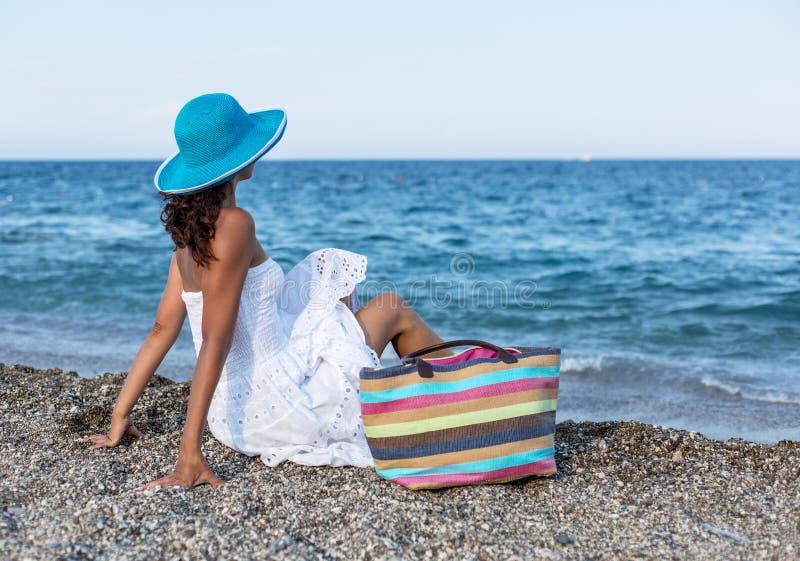 Kvinna som kopplar av på en sjösida arkivfoton