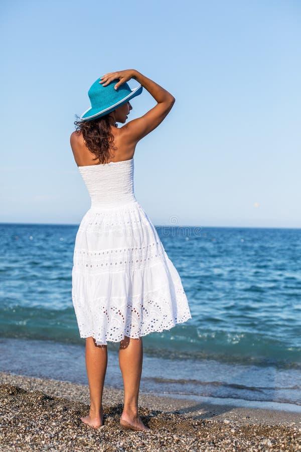 Kvinna som kopplar av på en sjösida royaltyfri fotografi