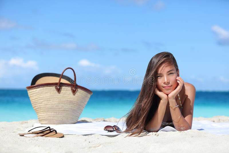 Kvinna som kopplar av på ferier för strandsemestersommar arkivbild