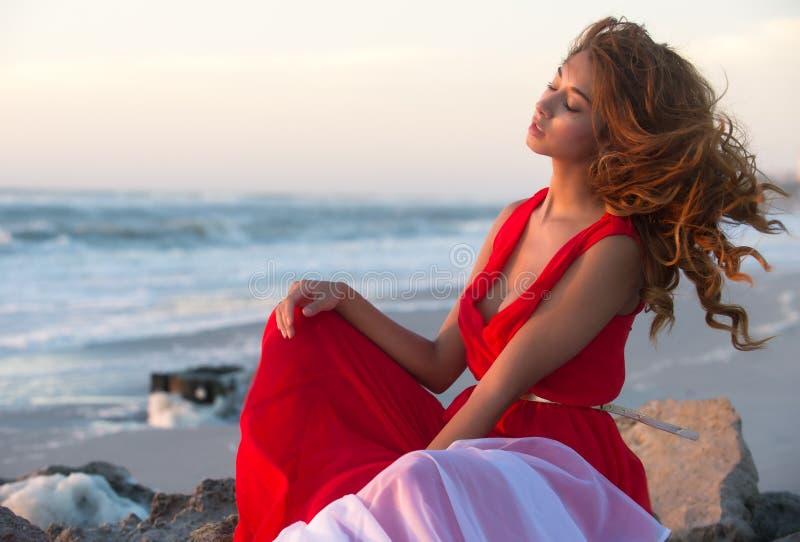 Kvinna som kopplar av på stranden royaltyfri foto