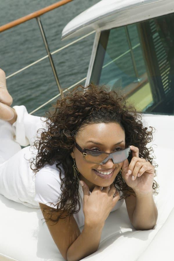 Kvinna som kopplar av på yachten arkivbilder