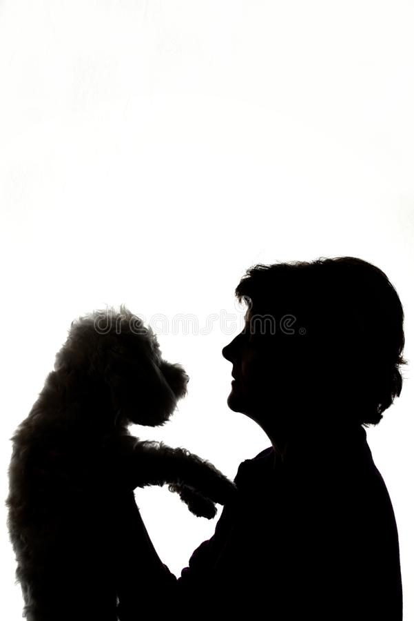 Kvinna som kramar hundkonturn royaltyfria bilder
