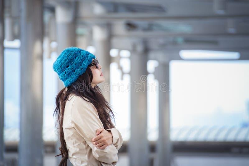 Kvinna som kramar sig och bort ser med ensam emotio för vinter royaltyfria bilder