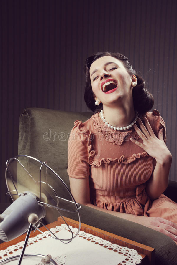 Kvinna som kyler sig med fanen royaltyfri fotografi