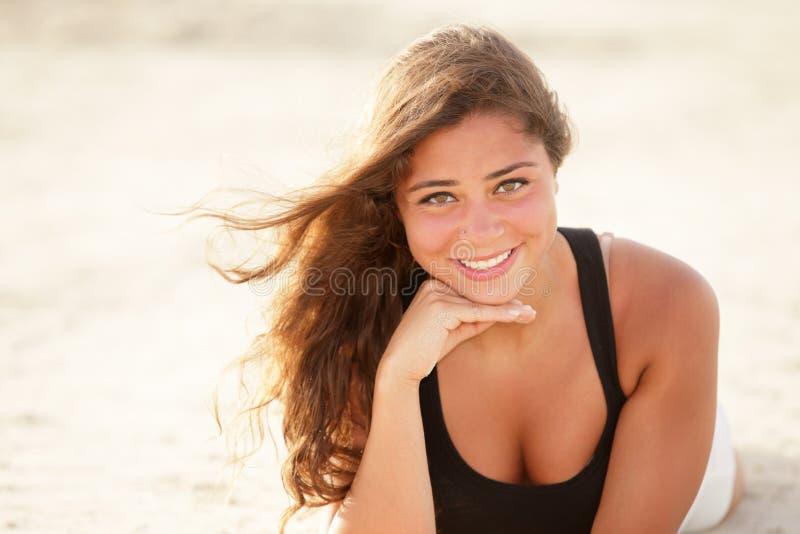 Kvinna som lägger på sanden royaltyfri fotografi