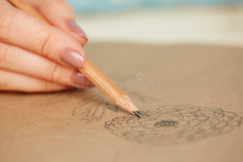 Kvinna som lär att dra royaltyfria bilder
