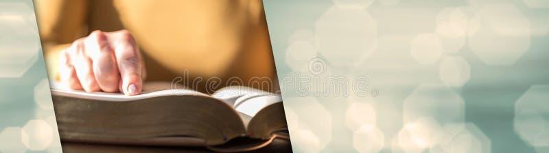 Kvinna som läser bibeln, hårt ljus panorama- baner royaltyfri bild
