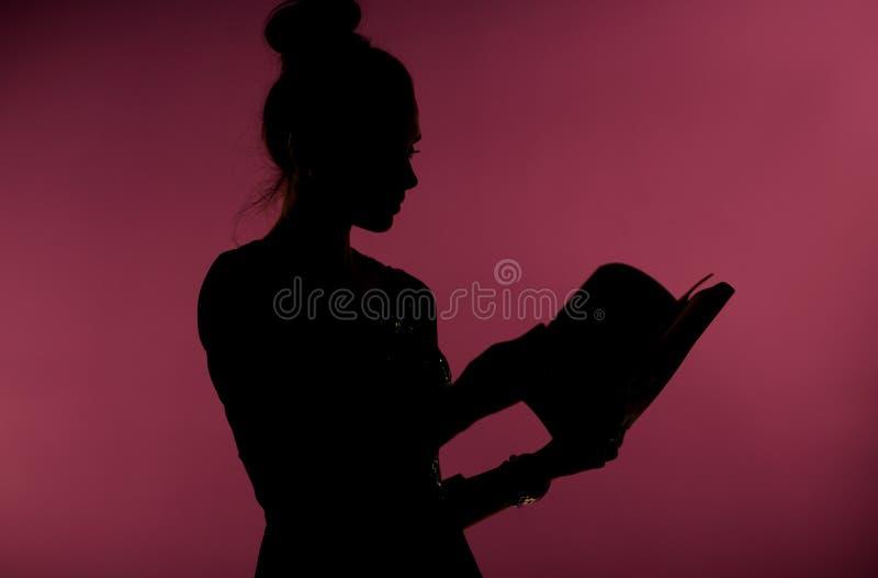 Kvinna som läser en intressant bok royaltyfri foto